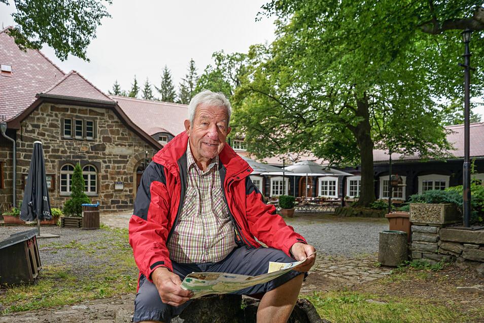 Auf dem Gipfel und an den Hängen des Czorneboh kennt Rolf Kalauch sich bestens aus. Seit seiner Kindheit ist er unzählige Male über den Berg gelaufen. 15 Jahre lang hat er als Wanderleiter Gruppen unter anderem zu diesem Ziel geführt.
