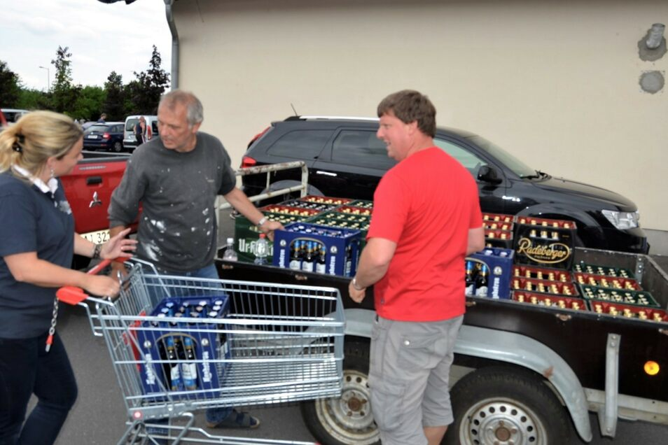 Aktion gegen Rechts auf Ostritzer Art: Mitglieder des Friedensfest-Teams kaufen im einzigen Supermarkt der Stadt das Bier auf.