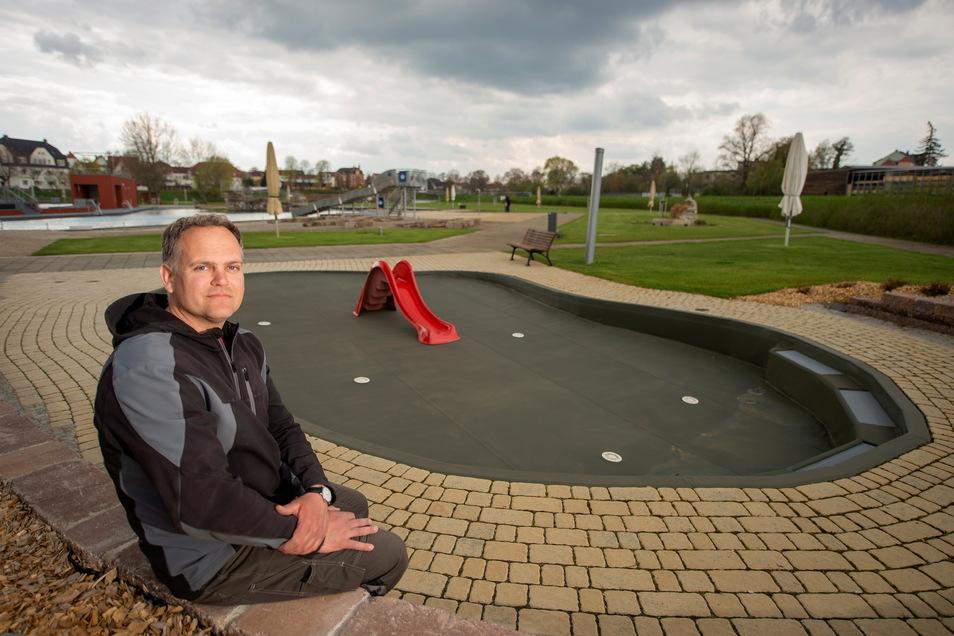 Martin Lehmann schaut optimistisch in die Saison des Großenhainer Naturerlebnisbades. Auch das Kinderplanschbecken (im Hintergrund) ist grundsätzlich startbereit.