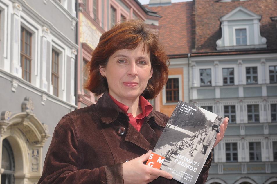 """Martina Pietsch, seit 2001 wissenschaftliche Mitarbeiterin am Schlesischen Museum, gab 2011 einen Tagungsband begleitend zur Ausstellung """"Lebenswege ins Ungewisse"""" heraus. Darin ging es um Gehen und Ankommen in Görlitz-Zgorzelec."""