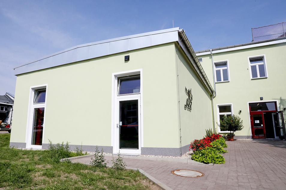 An das alte Schulgebäude ist ein Neubau angebaut worden, in dem sich auch ein Mehrzweckraum (vorn) befindet.