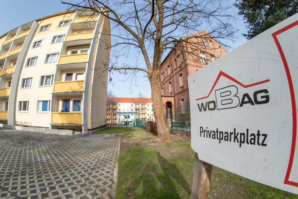 Ein Teil des Mehrfamilienhauses an der Ödernitzer Straße soll abgerissen werden. Der Rückbau bringt Platz für weitere Anwohnerparkplätze und Sitzgelegenheiten für die Nieskyer.
