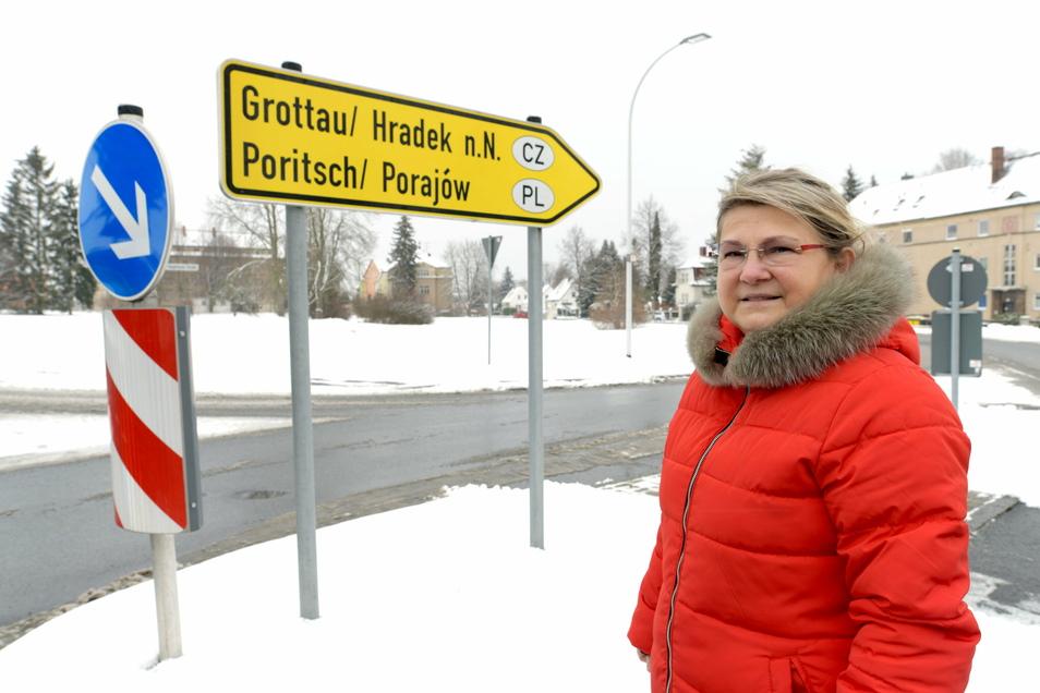 Uta-Sylke Standke, Geschäftsfüherin WBG Zittau, vor der Fläche in Zittau-Süd, auf der sie einen Eigenheimstandort entwickeln will.