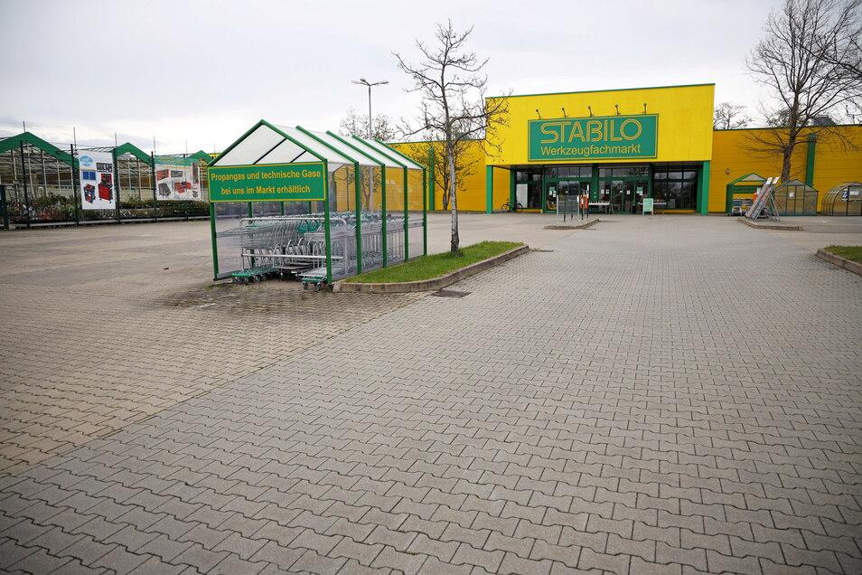 Im Riesaer Stabilo-Baumarkt blieben am Dienstagvormittag die Türen zu: Verkauf nur nach Terminvereinbarung, so ein Aushang.