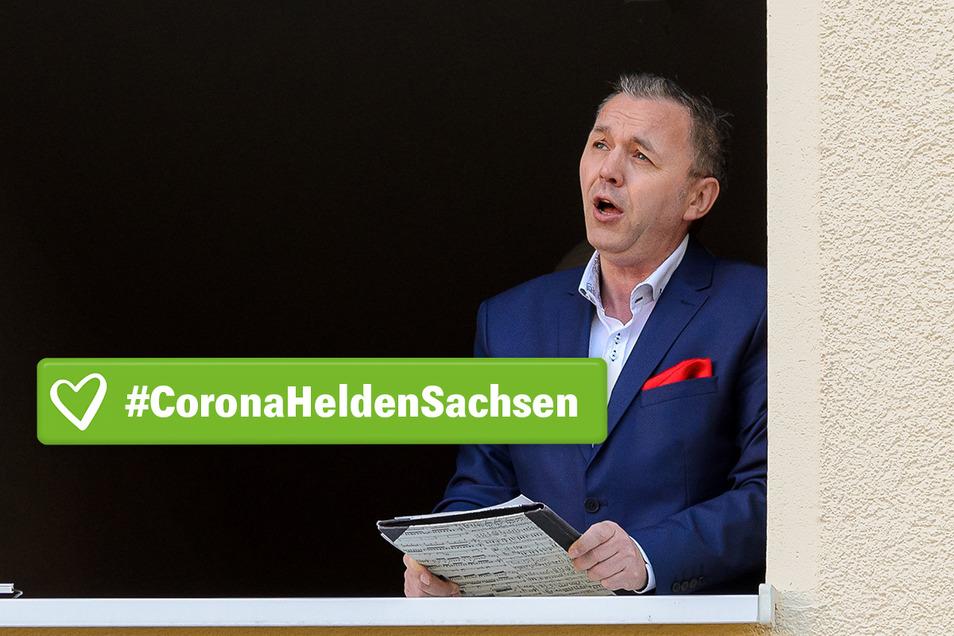 Tenor Torsten Schäpan singt in der Corona-Zeit für die Bewohner seines Viertels in Zschertnitz. Fast jeden Sonntag und immer eine halbe Stunde lang.