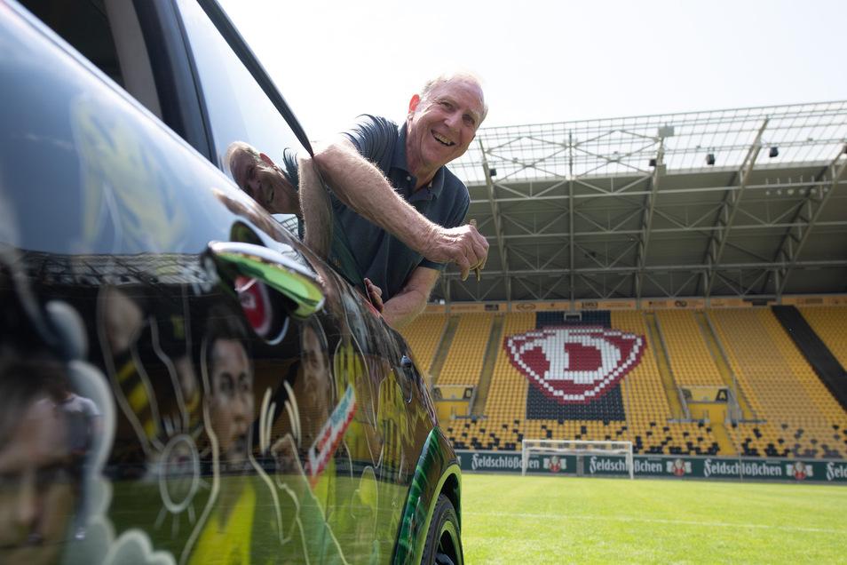 """Klaus Sammer schaut aus dem """"KloppoCar"""". Die Dynamo-Legende verabschiedet das mit Motiven aus dem Leben von Fußballtrainer Jürgen Klopp zu einem Kunstwerk umgestaltete Fahrzeug auf seine Reise, die in Liverpool enden soll."""