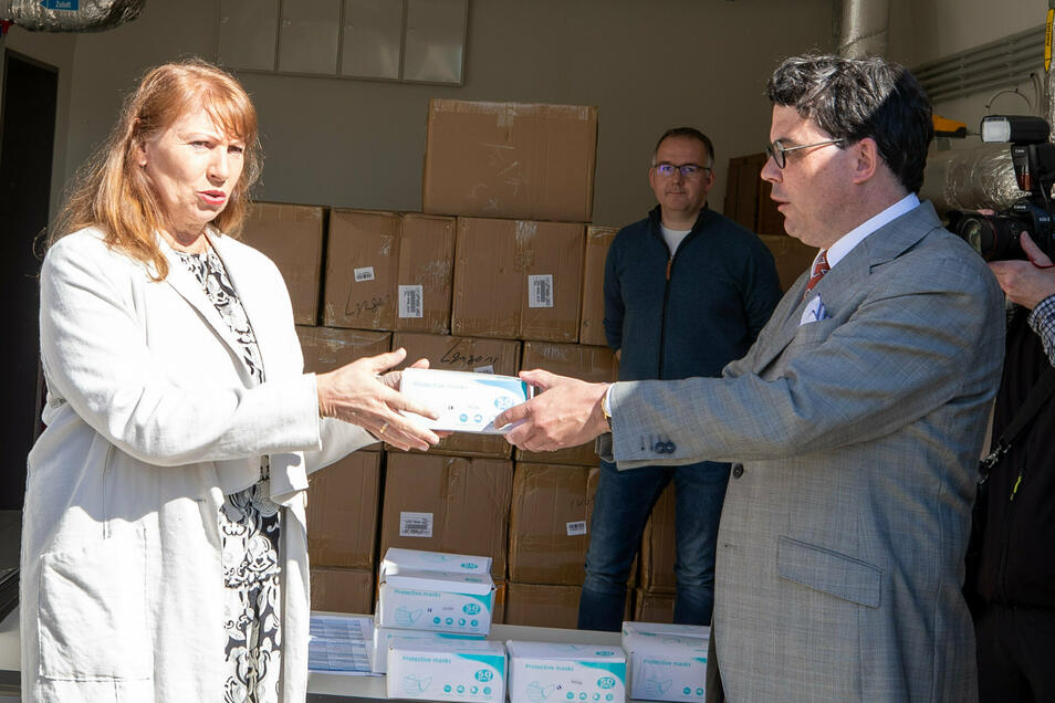 Petra Köpping nimmt im April gespendete Mundschutzmasken von dem Pirnaer Chemie-Unternehmen Schill + Seilacher entgegen. In Zukunft will Sachsen einen eigenen Vorrat anlegen.