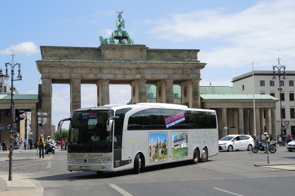 Mit zwei Bussen hat Michel-Reisen an der Sternfahrt in Berlin teilgenommen, mit der auf die schwierige Situation der Reisebranche aufmerksam gemacht werden sollte.