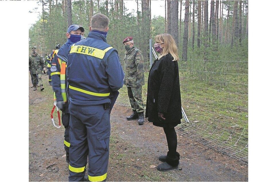 Sozialministerin Petra Köpping informierte sich vor Ort über den Stand des Zaunbaus.