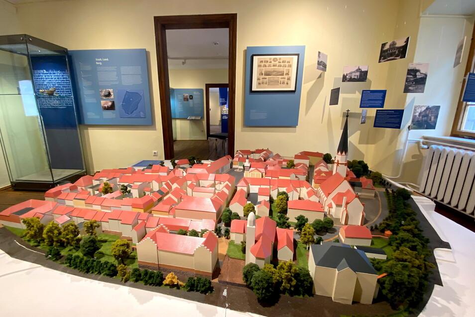 Im ersten Raum der neuen Dauerausstellung ist Löbaus Stadtkern als Modell zu sehen. Außerdem gibt es ein Stadt-Mobile (rechts) und einige prähistorische Stücke (links).