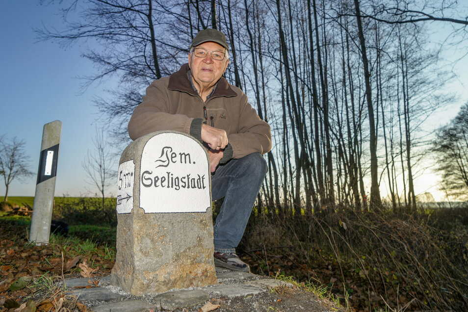 Martin Fauck vom Natur- und Heimatverein hat den Wegestein restauriert, der jetzt wieder am Ortsausgang Seeligstadt steht.