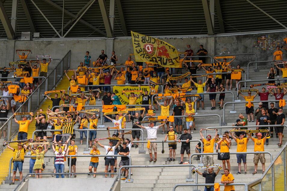 """Im K-Block standen Dynamo-Fans auch als """"Infektionsgemeinschaften"""" zusammen."""