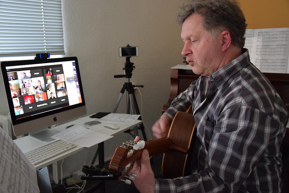 Andre Bischof von der gleichnamigen Musik- und Kunstschule probt mit dem KuFa-Bürgerchor via Internet und Computer.