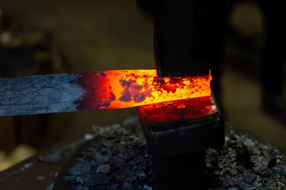 So geht's auch: Mit dem historischen Lufthammer wird der Rohling für ein Steinmetz-Eisen in Form gebracht.