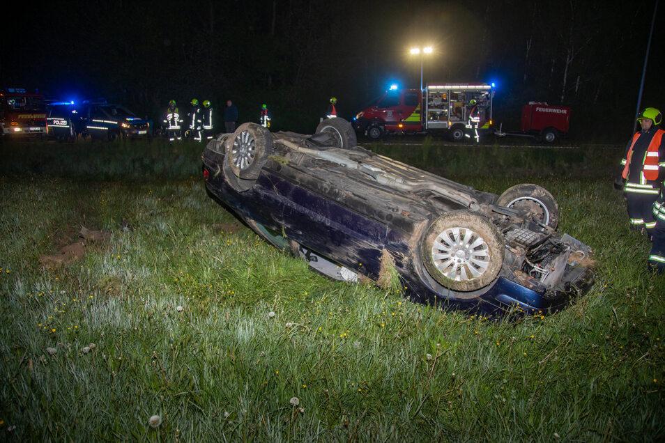 Nach mehreren Überschlägen war der Mercedes auf dem Dach liegengeblieben.