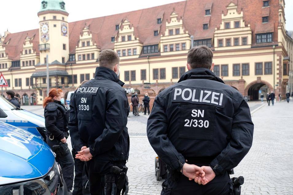 """Polizisten stehen am Markt vor dem Alten Rathaus in Leipzig. Eine geplante """"Querdenken""""- Versammlung wurde zuvor verboten."""