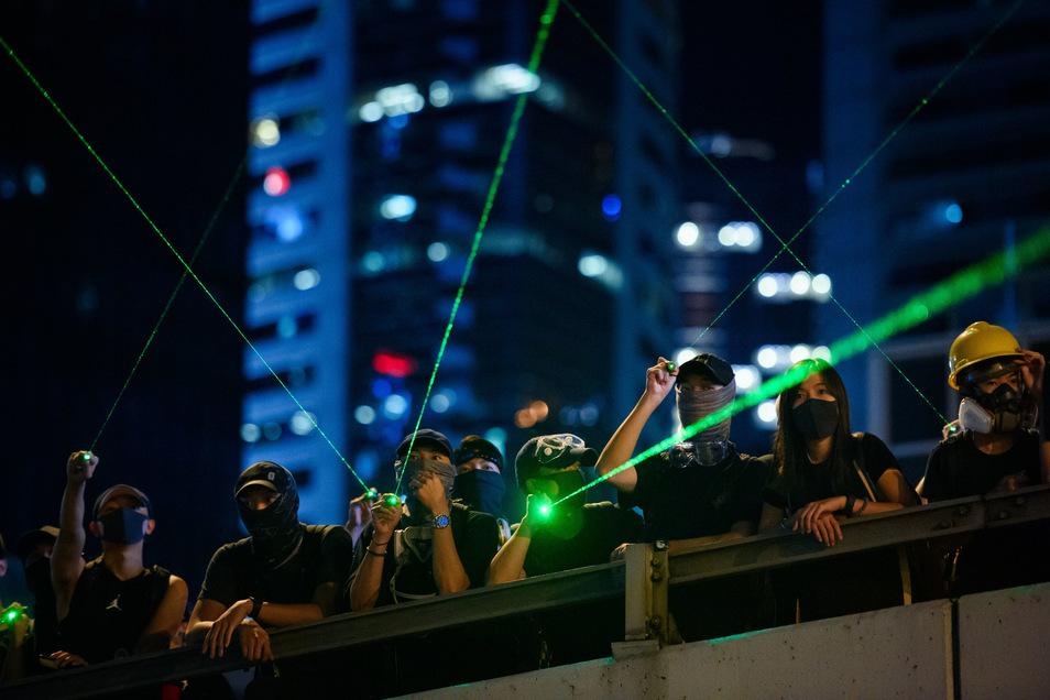MIt einem Laserpointer - wie hier auf dem Symbolfoto - wurde in der Nacht eine Polizistin verletzt. Der 56-Jährige muss sich wegen gefährlicher Körperverletzung verantworten.