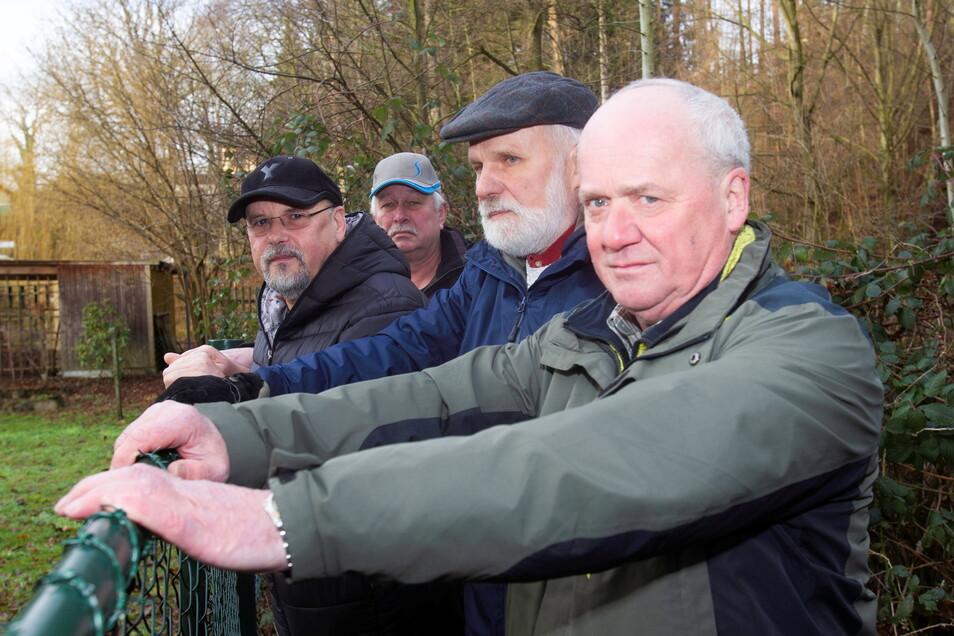 Seit mehreren Jahren kämpfen Jürgen Reichel, Thomas Horn, Andreas Oest und Carsten Ahrens (von vorn) vom Heimatverein Bonnewitz für die Öffnung des versperrten Wanderweges an der Ilke.