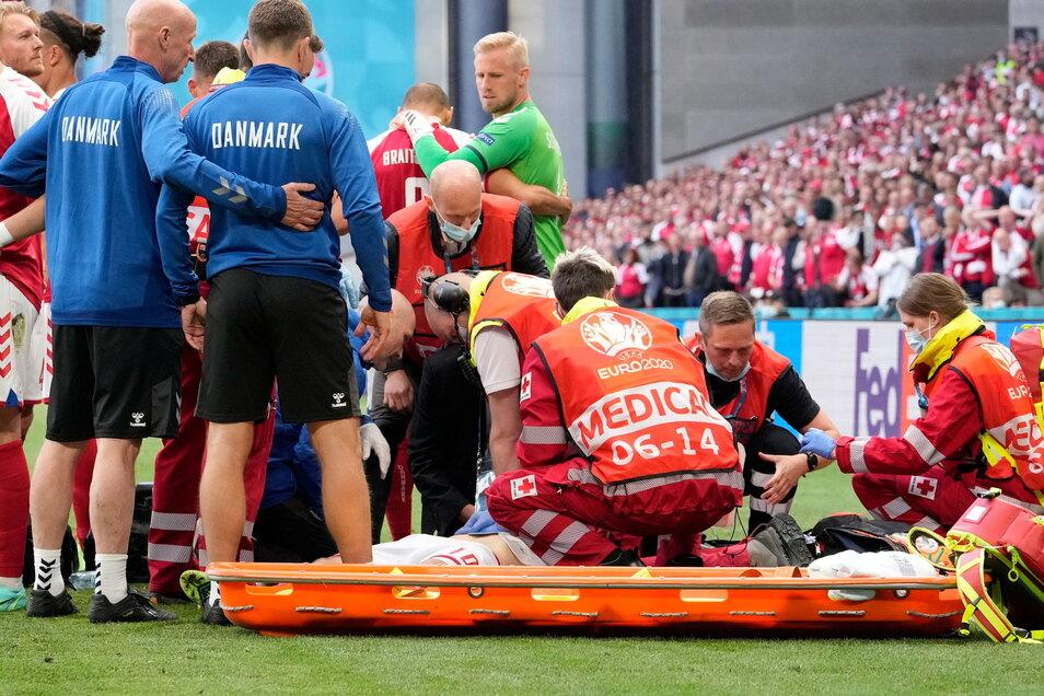 Il danese Christian Eriksen riceve cure mediche dopo un guasto.