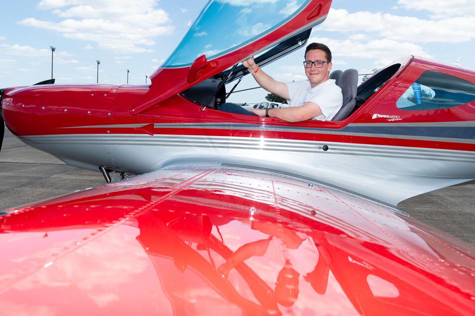 """FLUGSPORTCLUB: Tommy Bartl ist eines der jüngsten Mitglieder des Oberlausitzer Flugsportclubs. Begonnen hat er seine fliegerische Ausbildung im Aero Team Klix als Segelflieger. """"Ich wollte mich weiterentwickeln, deshalb bin ich nun in Bautzen"""", sagt er. Der Verein mit über 40 Mitgliedern hat seinen Sitz auf dem Gelände des Flugplatzes in Litten. Dieses Ultraleichtflugzeug der Marke Bristell ist eines der modernsten. Es wurde in Tschechien gebaut und kann etwa 250 Stundenkilometer fliegen."""