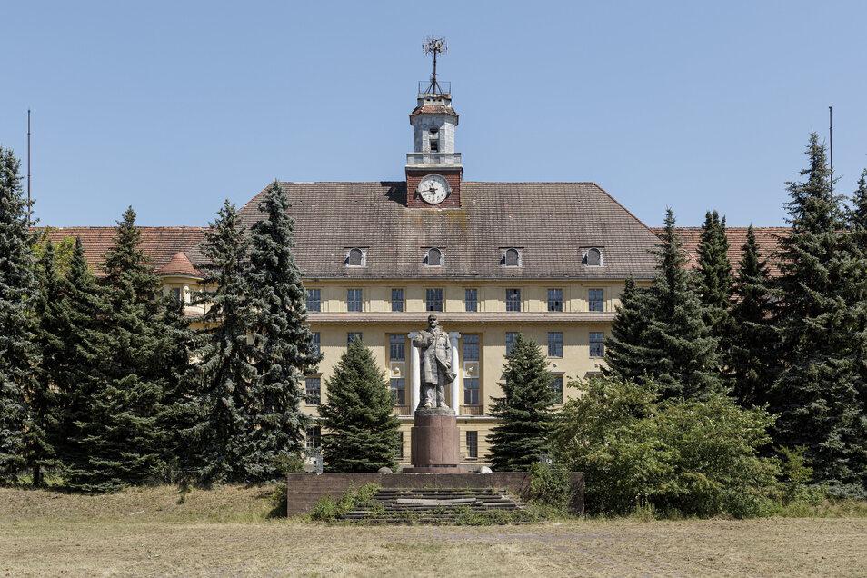 Das acht Meter große Lenin-Denkmal am neobarocken Haupthaus ist das größte in Deutschland – war ein Geschenk der DDR.