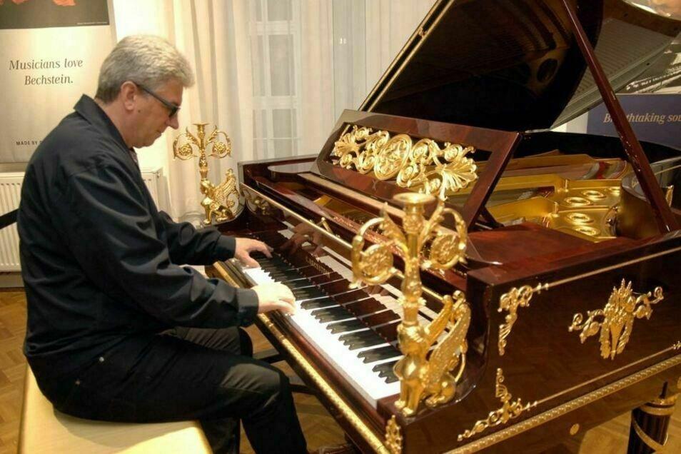 Matthias König am Sphinx-Flügel von C. Bechstein in Seifhennersdorf. Der Klavierbaumeister ist Prokurist und Produktionsleiter am Standort in Seifhennersdorf, wo jetzt mehrere Millionen Euro investiert werden.