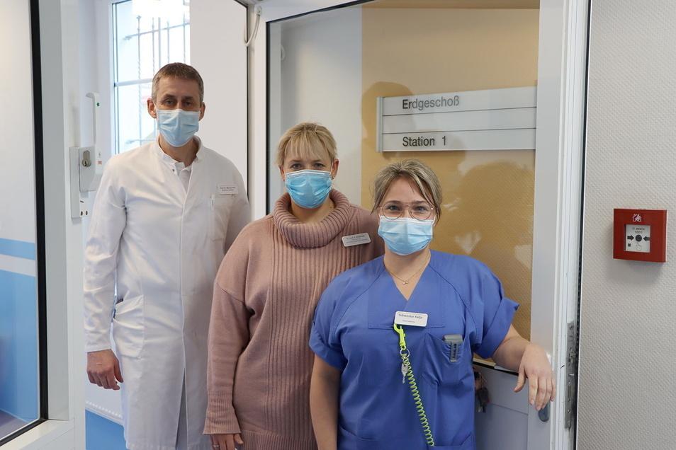 Chefarzt Prof. Dr. Marcus Pohl, die ärztliche Leiterin Dr. Katharina Dreyhaupt und Katja Kuban von der Stationsleitung (v.l.) freuen sich auf die Wiedereröffnung der Station in der Pulsnitzer Schlossklinik.