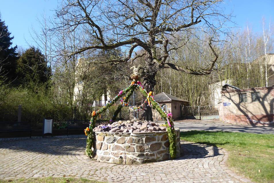 Die Mitarbeiter des Roßweiner Bauhofes haben die Brunnen an der Etzdorfer sowie an der Mühlstraße österlich gestaltet. Anwohner und Passanten freuen sich darüber.