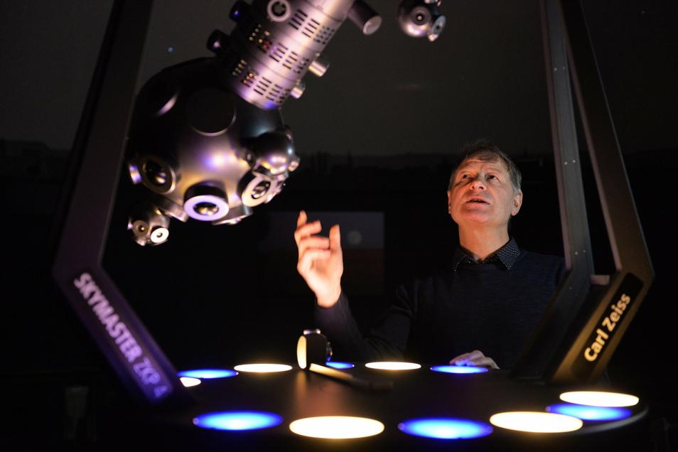 Immer wieder faszinierend: Sternwarten-Chef Ulf Peschel im Planetarium der Sternwarte Radebeul.