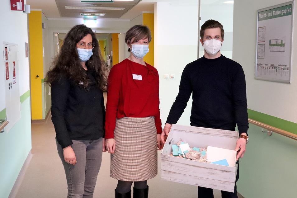 Center-Manager Tobias Heid (rechts) übergibt 129 Gutscheine an Pflegedirektorin Katrin Raimann (links) und Standortleiterin Daniela Kleeberg im Carolus Krankenhaus.