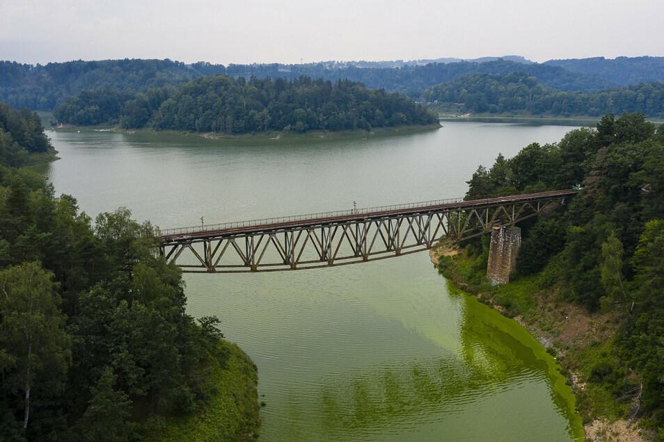 Blick aus der Luft auf die Bahnbrücke am Pilchowice See, Pilchowice/Polen.
