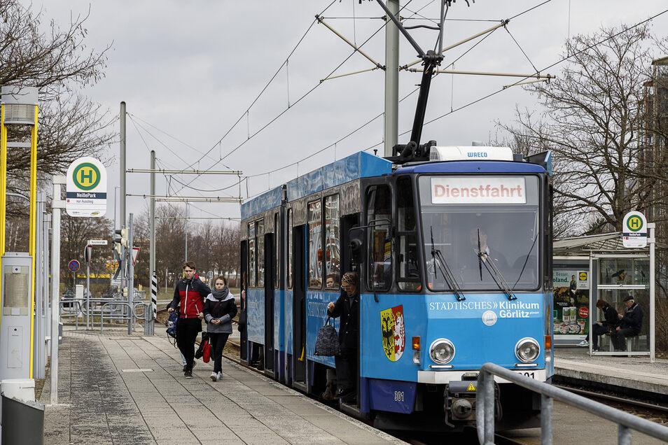 Straßenbahn an der Haltestelle NeißePark in Görlitz Königshufen.