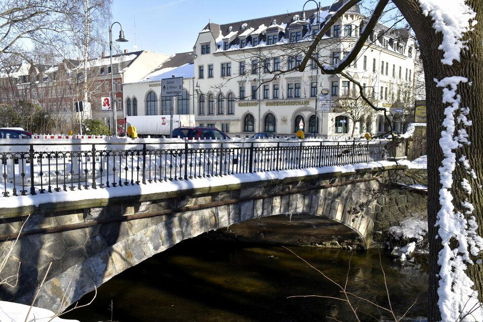 """Die Brücke über die Röder, direkt am Kaiserhof in Radeberg, ist in einem schlechten Zustand. Ein Ortsverband Radeberg der Satirepartei """"Die Partei"""" macht jetzt einen ungewöhnlichen Vorschlag."""