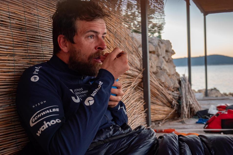 Ernährt sich während seiner Reise oft von Cornflakes mit Wasser, weil nicht mehr in die Schwimmtasche passt: Extremsportler Jonas Deichmann.