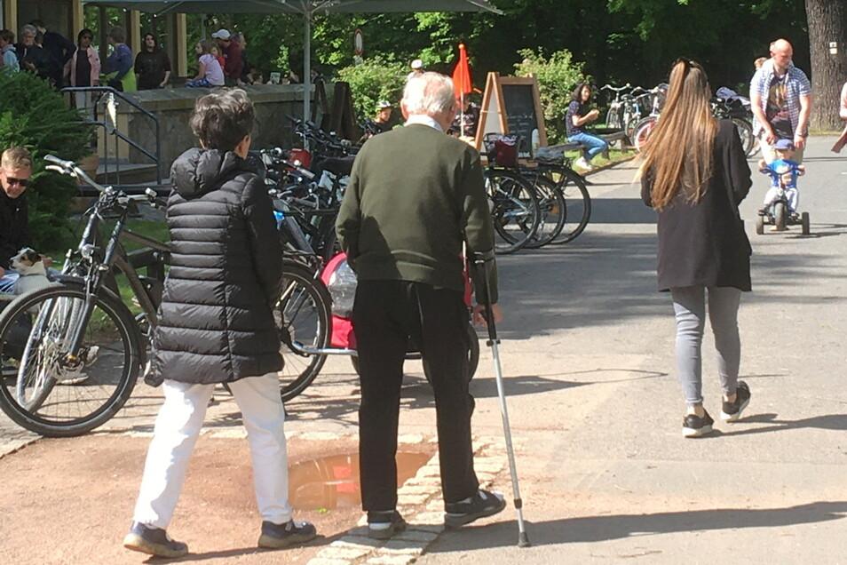 Eine Schlange am Eisstand und viele Fahrräder - so das Bild am Sonntagnachmittag an der Mückenschänke im Stadtpark.