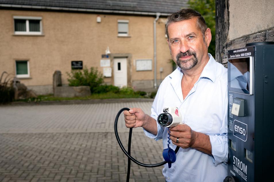 Großharthau tut einiges für den Klimaschutz, sagt Bürgermeister Jens Krauße. So hat die Gemeinde zum Beispiel einen Elektro-Dienstwagen angeschafft und eine Ladesäule am Gemeindeamt aufstellen lassen.
