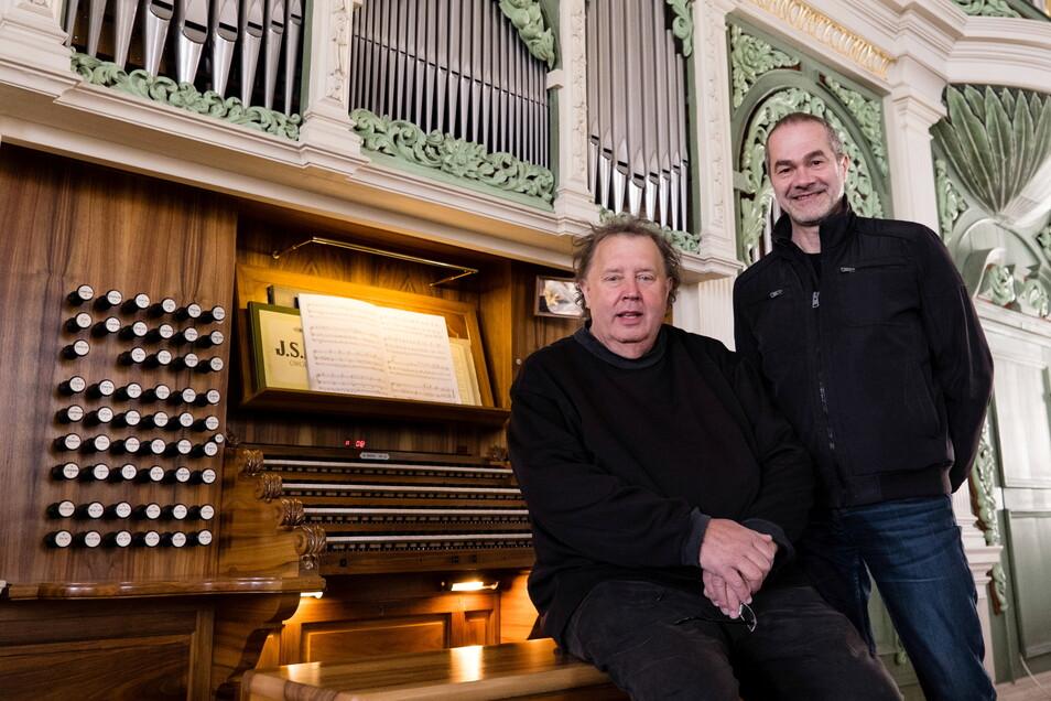 Matthias Eisenberg, Star-Organist, und Reinhard Seeliger, Kirchenmusikdirektor, an der Orgel in der Görlitzer Peterskirche.