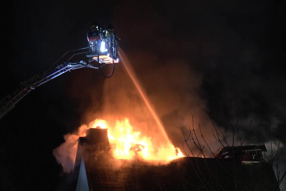 Die Explosion setzte das gesamte Haus in Brand. Die Flammen griffen auch auf das benachbarte Haus sowie auf ein Auto über. Die Löscharbeiten dauerten bis Dienstagmorgen an.