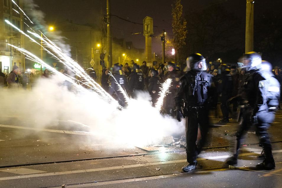 Polizisten räumen eine Kreuzung im Leipziger Stadtteil Connewitz und werden dabei mit Feuerwerkskörpern angegriffen.