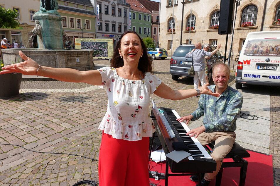 Die Sängerin Susanne Engelhardt und Generalmusikdirektor Jörg Pitschmann am Klavier haben am Mittwoch einen kleinen Vorgeschmack auf das geboten, was das Publikum am Sonntag erwartet.