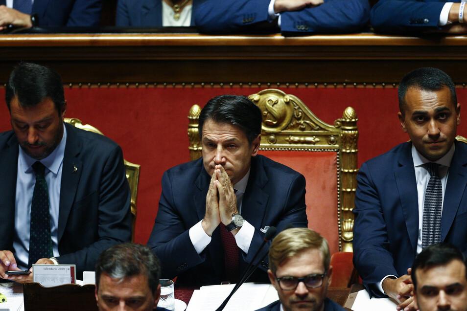 Giuseppe Conte (M), Ministerpräsident von Italien, Luigi Di Maio (r), Minister für Wirtschaftliche Entwicklung sowie Vize-Premier, und Matteo Salvini (l), Innenminister und Vize-Premier, sitzen im der Abgeordnetenkammer.