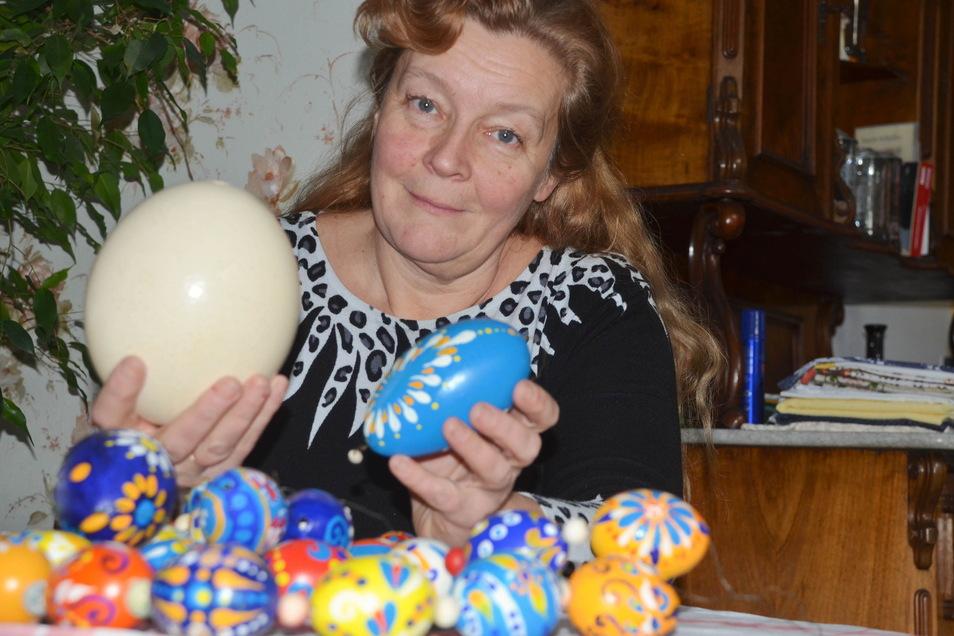 Beatrix Rudolph bemalt jedes Jahr hunderte Eier. Damit wird der Osterbrunnen geschmückt Foto: C. Junghanß +2 Fotos zum einstellen in den Text: So sehen die Osterbrunnen in Deutsch-Paulsdorf aus, wenn sie fertig sind.
