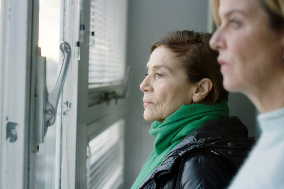 """Elsa Bronski (Hannelore Elsner, l) und Anna Janneke (Margarita Broich) stehen am Fenster - eine Szene aus dem """"Tatort""""."""
