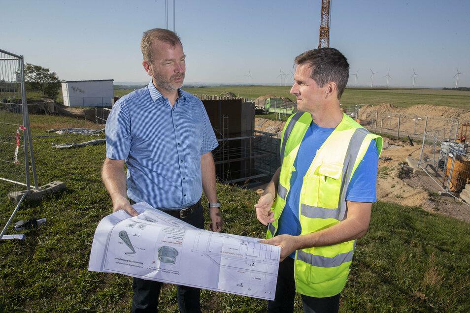 Sie haben den Plan: Heiko Bollmann, Geschäftsführer der Wasserversorgung Riesa-Großenhain und Rohrnetzmeister Torsten Gruhl.