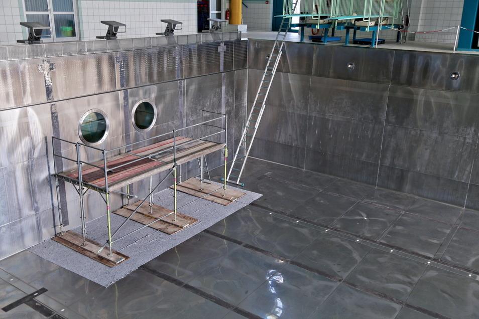 Das Archivfoto zeigt das Sprungbecken im Riesaer Schwimmbad bei Bauarbeiten im Jahr 2017. Momentan ist das Becken wegen eines technischen Defekts gesperrt.