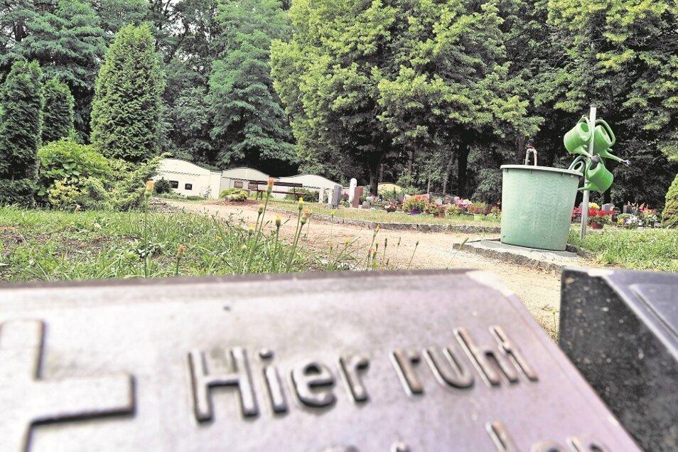 Im Krauschwitzer Friedhofsweg befindet sich einer von fünf kommunalen Friedhöfen. Alle müssen von der Gemeinde unterhalten und bewirtschaftet werden.