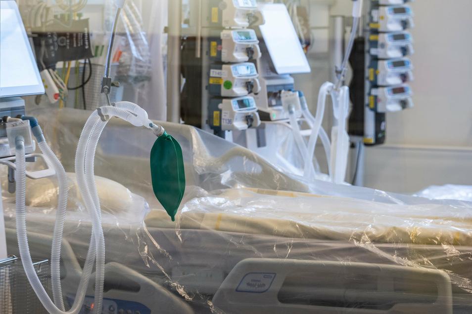 Ein Intensivbett mit Beatmungseinheit steht auf der Corona-Station im Städtischen Klinikum Dresden. Die Kosten der Corona-Pandemie steigen und steigen – auch bei den Krankenversicherungen.