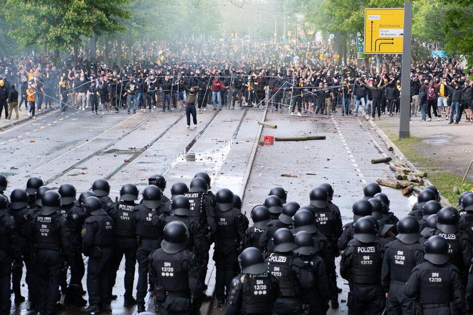 Polizisten stehen vor dem Rudolf-Harbig-Stadion Dynamo-Fans gegenüber.