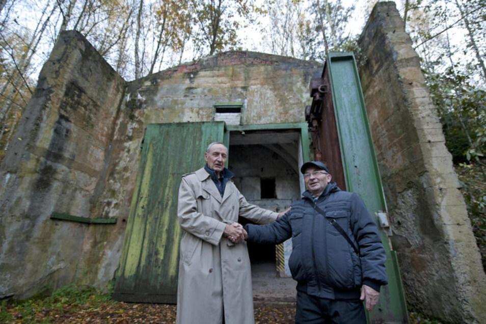 Ein historischer Händedruck: US-General a.D. Raymond E. Haddock (l.) und Nikolai Skiba, der die Raketentruppen im Taucherwald befehligte, trafen sich am 5. November 2012 an einem Raketenbunker bei Uhyst.