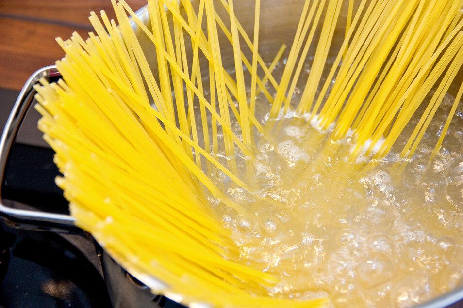 Küchentrick: Werden die Nudeln nach dem Abgießen noch einmal mit ein wenig Kochwasser übergossen, kleben sie nicht zusammen.